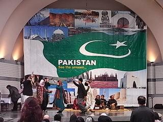 パキスタンバザール音楽ステージ.JPG