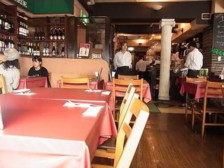 ラ・ベルデ新宿中央口店店内客席テーブル.JPG