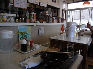JR松田駅前割烹肉八店内テーブル席.JPG