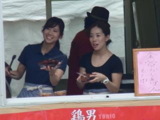 厚木肉ホルモンフェス2015鶏男ブース女性スタッフ2.JPG