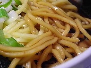 富山ブラック黒醤油ラーメンスープを吸った麺.JPG